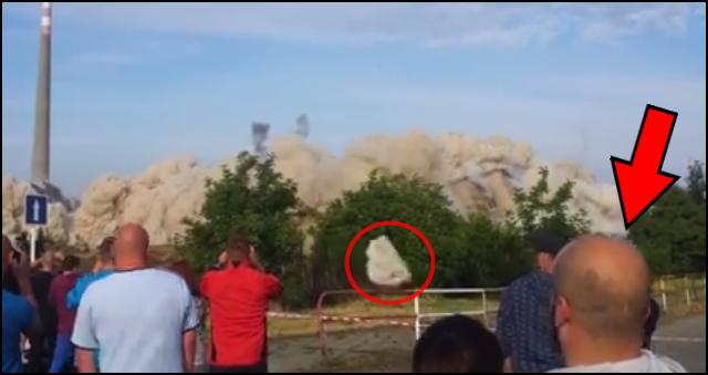 homem-quase-atingido-por-pedra-em-demolição